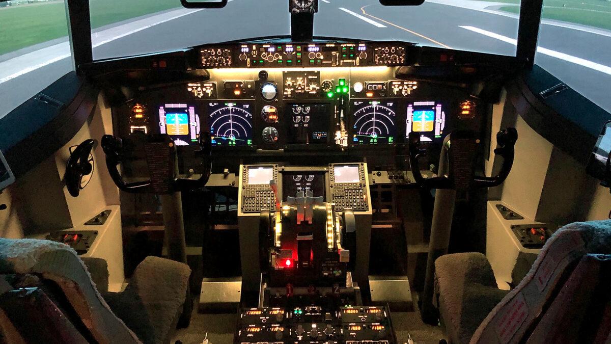 Blick in das leere Cockpit der Boing 737-800NG im Flugsimulator Synthetic 737 in Alkoven