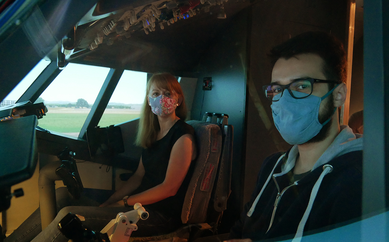 Blick von außen in das Cockpit mit den beiden Probanden Paul und Christina